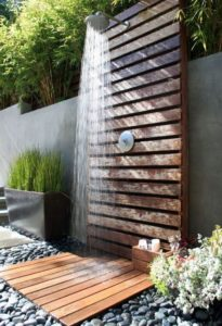 chuveiro para piscina com parede de madeira