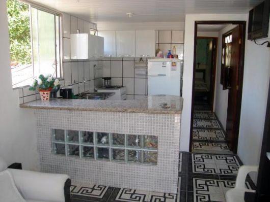 cozinha-americana-pequena-com-tijolo-de-vidro
