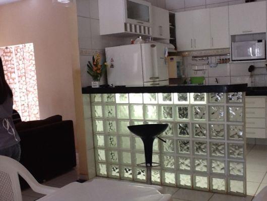 cozinha-americana-pequena-e-tijolo-de-vidro