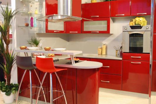 cozinha-americana-pequena-estilosa-vermelha