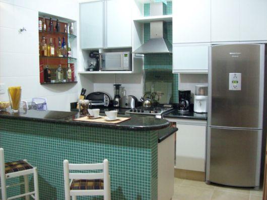 cozinha-americana-pequena-pastilhas-verde