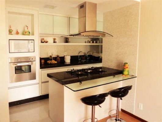 cozinha-americana-pequena-preta-e-branca