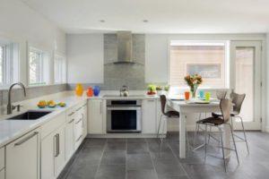 cozinha clean com móveis brancos