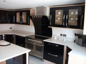 cozinha clean com fogão preto