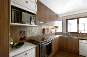 cozinha clean com móveis marrons