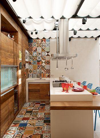 cozinha colorida com ladrilhos hidráulicos