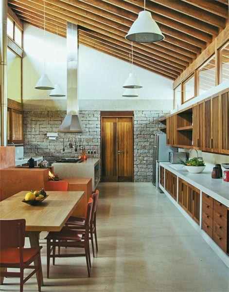 cozinha grande com fogão a lenha