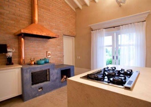 cozinha moderna com fogão a lenha
