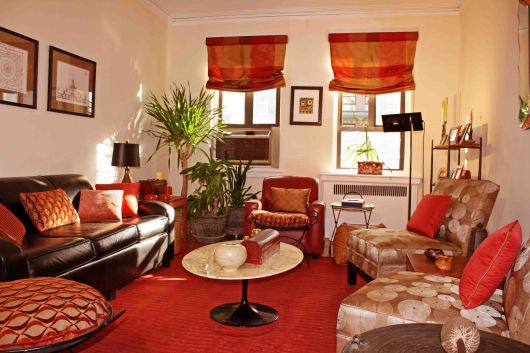 decoracao-vermelha-com-sofa-marrom