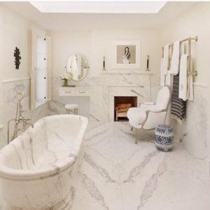 decoração clássica de banheiro branco