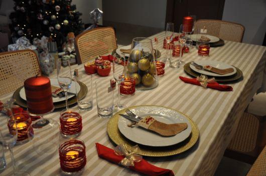 mesa de jantar dourada e vermelha