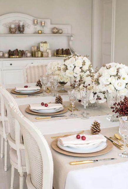 decoração branca e dourada mesa jantar