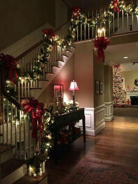 escada decorada com luzinhas