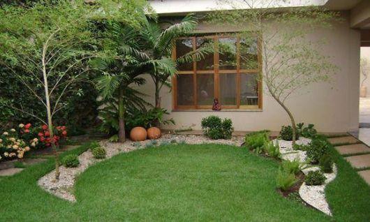 jardim com grama e pedras decorativas