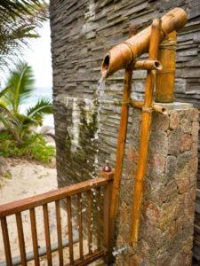 chuveiro para piscina rústico de bambu