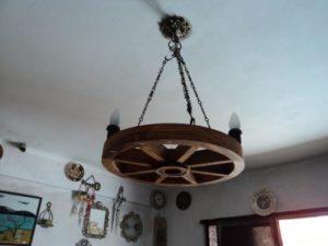 luminárias rústicas com roda de carroça