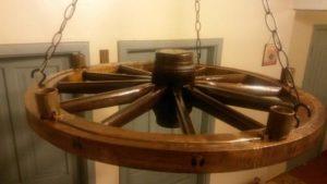 luminárias rústicas feita de roda de carroça