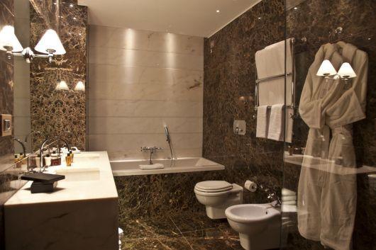 banheiro com mármore emperador