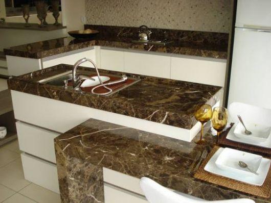 cozinha planejada com bancada de mármore