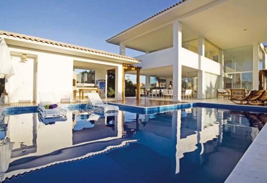 piscina-com-hidro-e-prainha-com-deck