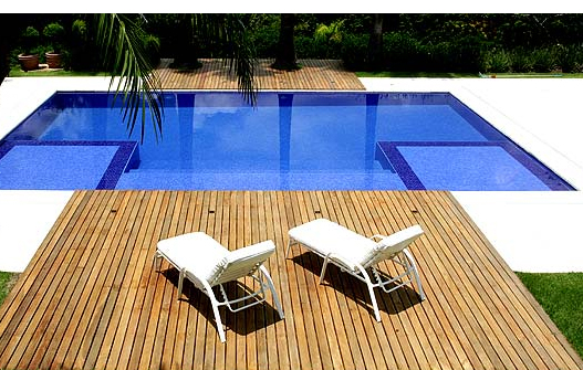 piscina-com-hidro-e-prainha-e-deck-ideias