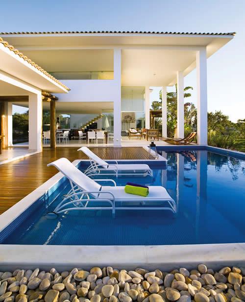 piscina-com-hidro-e-prainha-e-deck