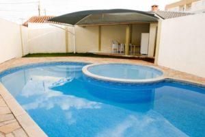 piscina na laje com área para churrasco