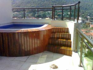 usando deck em piscina na laje