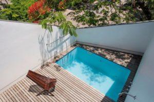 piscina na laje com decoração de madeira