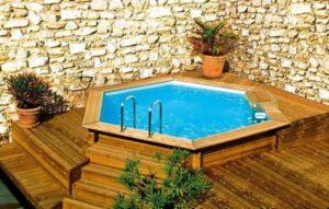 piscina na laje com deck e parede de pedra