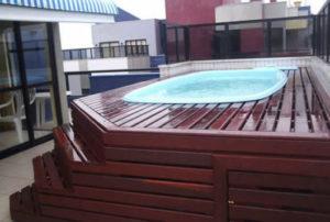 piscina na laje com piso de madeira