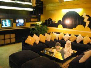sala colorida amarela e preta