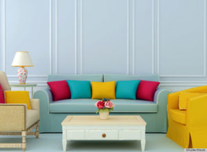 sala colorida com sofá azul