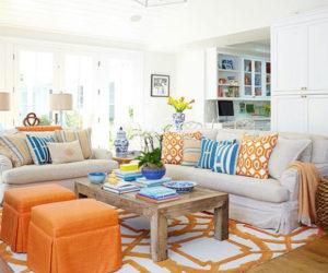 sala colorida laranja com sofá branco