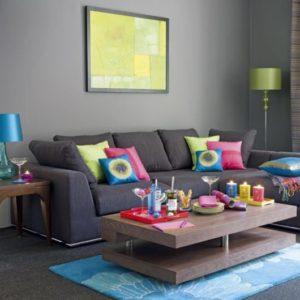 sala colorida com sofá cinza