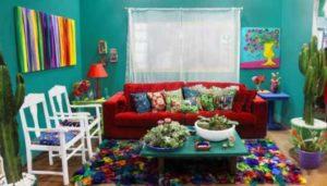 sala colorida com sofá vermelho