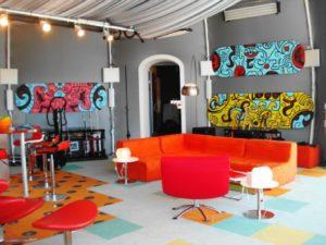 sala colorida com sofá laranja
