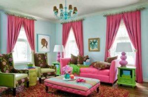 decoração de sala colorida com sofá rosa