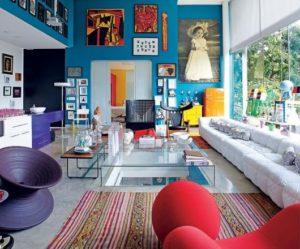 sala colorida com sofá branco e parede azul