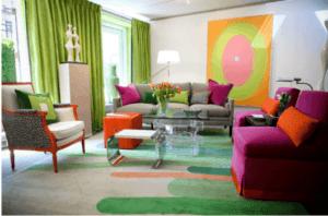 sala colorida com sofá rosa