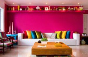 sala colorida parede rosa com sofá branco
