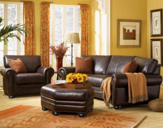 sala-com-sofa-marrom-combinado-amarelo