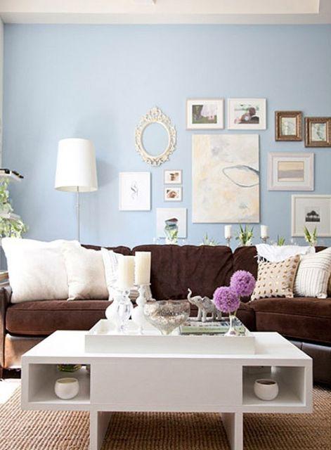 sala-com-sofa-marrom-combinado-azul-e-branco