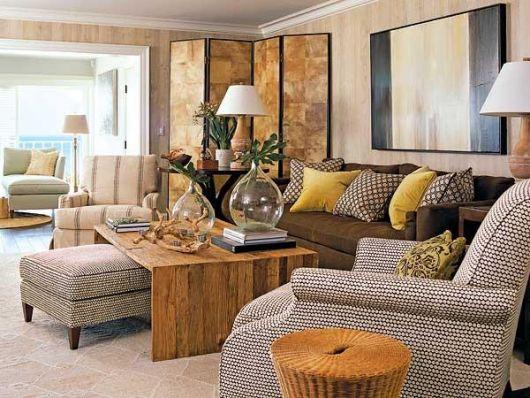sala-com-sofa-marrom-e-almofadas-coloridas