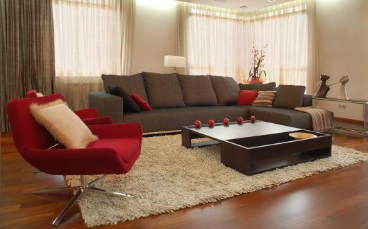 sala-com-sofa-marrom-e-vermelha