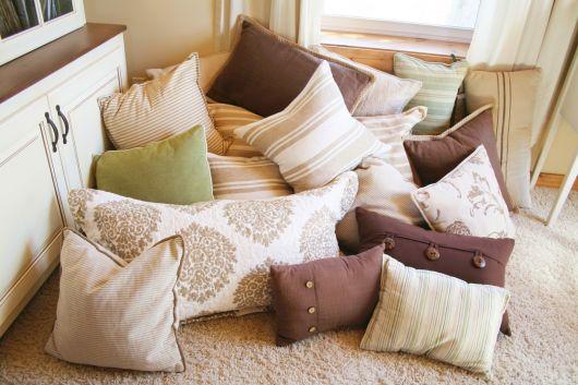 sala-sem-sofa-com-almofadas-e-tapete