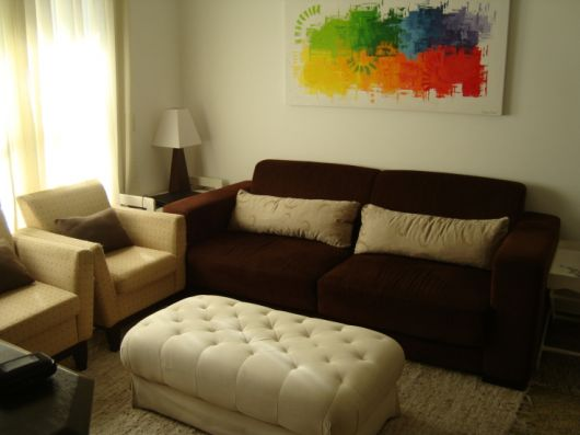 sofa-marrom-almofada-bege