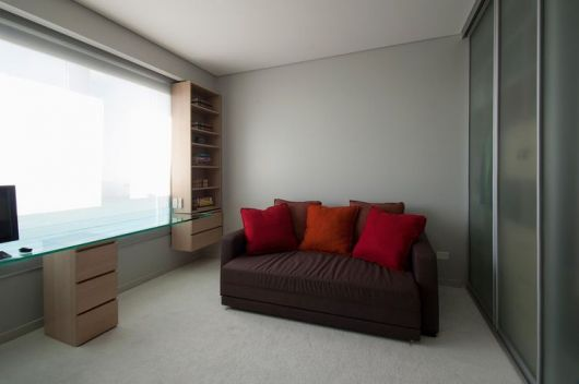 sofa-marrom-com-vermelho