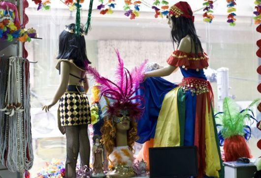 vitrine-de-carnaval-simples-com-pintura