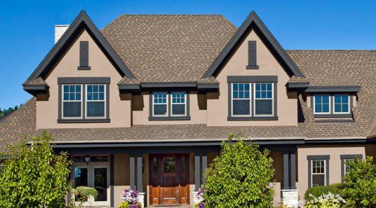 casa-marrom-com-telhado-aparente-elegante